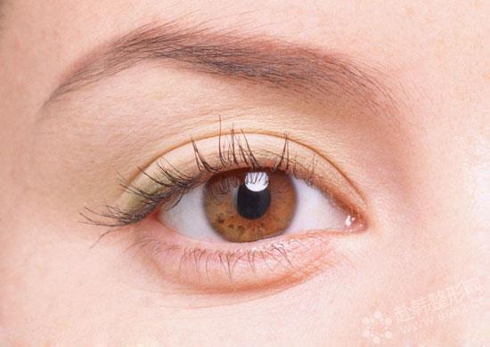 双眼皮的宽度   双眼皮虽然因为临床历史久,已经成为了一项难度较小的小手术,但是并不能因此觉得可以随便找医院和医生做。眼睛是人体中作重要的功能器官,想要眼睛好看,对做双眼皮的医生技术水平就会有比较高的要求。很多人盲目做了双眼皮手术,却发现术后两只眼睛双眼皮的宽度不一样。   中国人的双眼皮宽度最 好是多少呢?