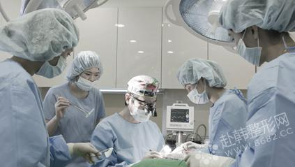 医生们在手术中